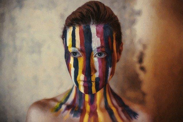 pomalovaná žena