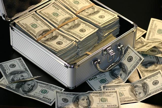 peníze v kufříku