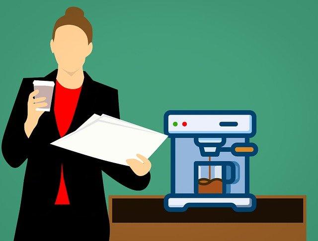 žena u kávovaru