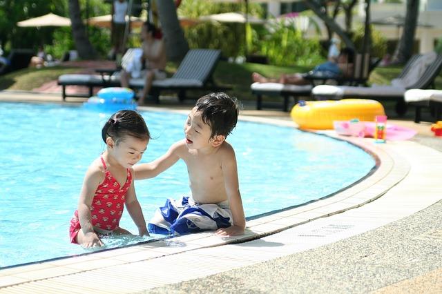 bratr a sestra v bazénu.jpg