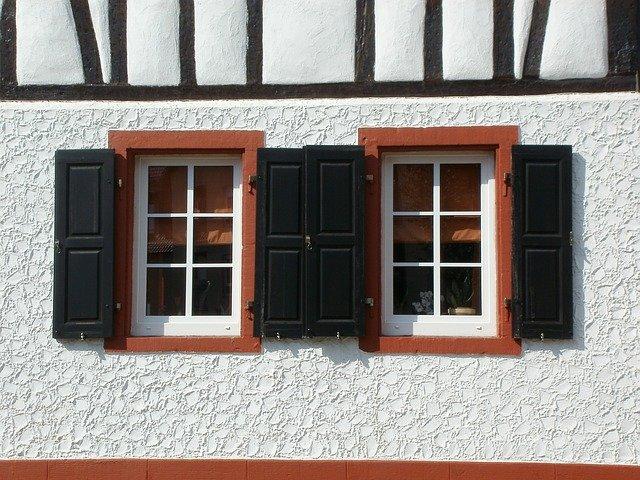 dvě okna