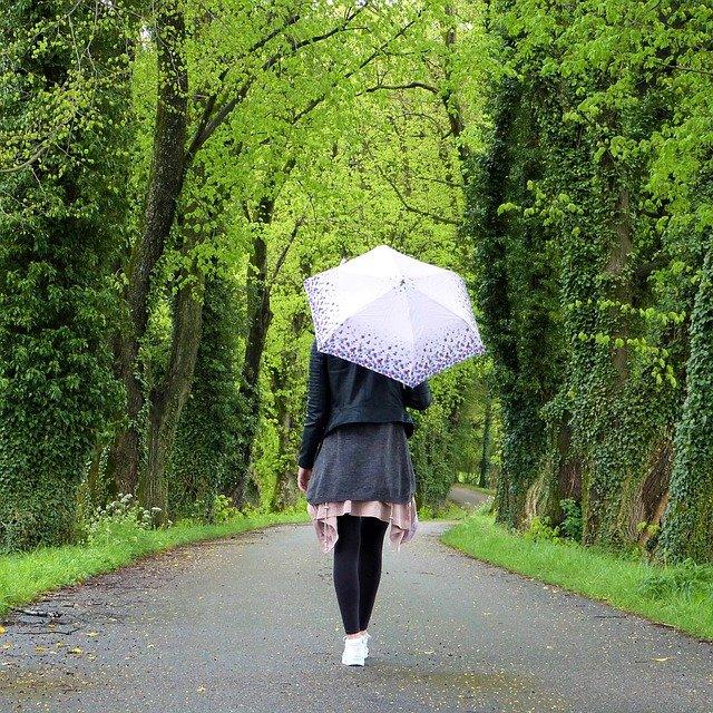 procházka s deštníkem