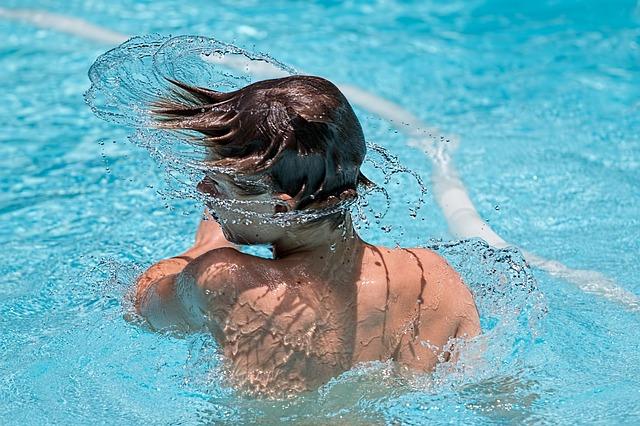 mladík ve vodě